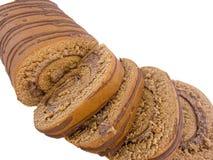 Gesneden en geïsoleerde chocoladerollade Stock Fotografie