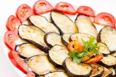 Gesneden en gebraden auberginesclose-up Stock Foto's