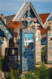 Gesneden en geschilderde houten kruisen in de Vrolijke Begraafplaats in Sapanta, Roemenië Die begraafplaats is de V.N. Stock Foto's