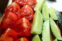 Gesneden?? en gestapelde tomaten en komkommers Stock Foto's