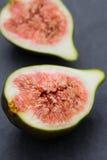 Gesneden fig. op een donkere plint Stock Afbeeldingen