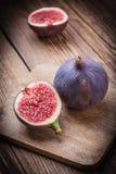 Gesneden fig. op een houten lijst royalty-vrije stock foto