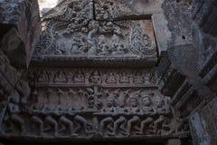 Gesneden fronton die de Hindoese mythologie van het Roeren van de Oceaan van Melk afschilderen in Wat Ek Phnom een de 11de eeuw a stock afbeelding