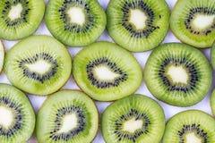 Gesneden geïsoleerde kiwivruchten voor achtergrond Stock Foto