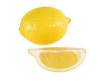 Gesneden geïsoleerdet citroen en gehele citroen. stock afbeelding
