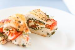 Gesneden gebakken die gevogeltefilet met zachte kaas, tomaten a wordt gevuld stock foto