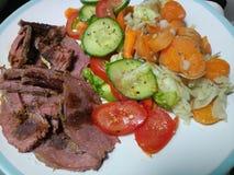 Gesneden gekookt middelgroot zeldzaam braadstukrundvlees met groenten Stock Afbeeldingen