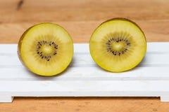 Gesneden gele kiwi royalty-vrije stock fotografie