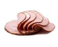 Gesneden gerookt vlees dat op witte achtergrond wordt geïsoleerdl Stock Foto's