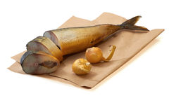 Gesneden gerookte makreel op papier met ui Royalty-vrije Stock Fotografie