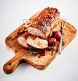 Gesneden geroosterd gehaktbrood op een hakbord stock foto