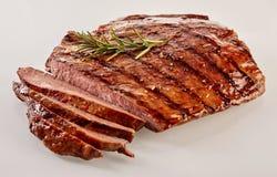 Gesneden geroosterd middelgroot-zeldzaam flanklapje vlees royalty-vrije stock afbeeldingen