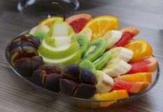 Gesneden gezond vers fruit op plaat Stock Foto's
