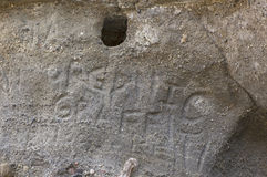 Gesneden Graffiti op Gray Stone Walls Stock Afbeeldingen