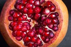 Gesneden granaatappel met sappige rode korrels Royalty-vrije Stock Foto