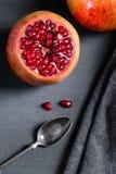 Gesneden granaatappel met sappige rode korrels Stock Foto's