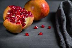 Gesneden granaatappel met sappige rode korrels Stock Foto
