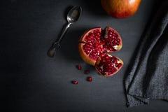 Gesneden granaatappel met sappige rode korrels Royalty-vrije Stock Fotografie