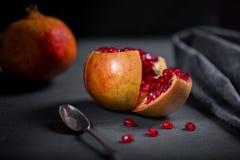 Gesneden granaatappel met sappige rode korrels Stock Fotografie