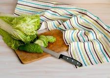 Gesneden groenten, Chinese sla en komkommers in de keuken voor het koken van salade, Stock Foto