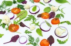 Gesneden groenten op een witte achtergrond Verspreide groenten Stock Foto's