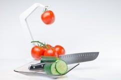 Gesneden groenten op Glasplaat en haak witte achtergrond Royalty-vrije Stock Foto's