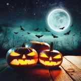 Gesneden Halloween pompoen Gloeiende Jack in een donkere mist Forest Elements van dit die beeld door NASA wordt geleverd Stock Afbeelding