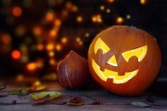 Gesneden Halloween-pompoen met een eng gloeiend gezicht, donkere backgro royalty-vrije stock fotografie