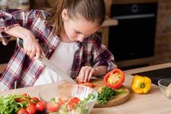 Gesneden het meisje vegie kookt het gezonde voedsel van het dineringrediënt stock afbeelding