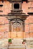 Gesneden houten deur op Hanuman Dhoka, oud Royal Palace in Kathman Royalty-vrije Stock Afbeelding