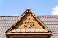 Gesneden houten geveltop stock foto's