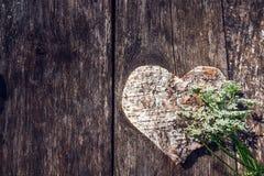 Gesneden houten hart en witte bloem op een achtergrond van oude beer royalty-vrije stock foto's