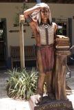 Gesneden houten Indiër met boeken in St Augustine Florida de V.S. Stock Afbeeldingen
