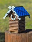 Gesneden houten met de hand gemaakt nestkastje Stock Foto