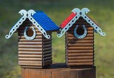 Gesneden houten met de hand gemaakt nestkastje Stock Foto's