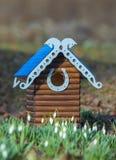Gesneden houten met de hand gemaakt nestkastje Royalty-vrije Stock Foto's