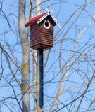 Gesneden houten nestkastje met de hand gemaakt met rood tegeldak Stock Foto