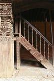 Gesneden houten pijler en treden in Nepal Stock Foto