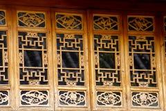 Gesneden houten vensters in de oude stad van Lijiang, Yunnan, China royalty-vrije stock fotografie
