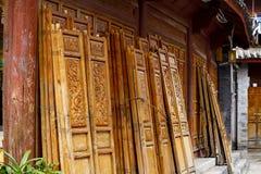 Gesneden houten vensters in de oude stad van Lijiang, Yunnan, China stock foto's
