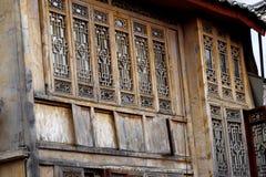 Gesneden houten vensters in de oude stad van Lijiang, Yunnan, China royalty-vrije stock foto