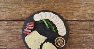 Gesneden kaas met kruiden en kruiden stock footage