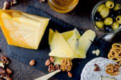 gesneden kaas, kaas met schimmel, harde kaas royalty-vrije stock afbeeldingen