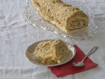 Gesneden karamel koninginnenbrood op plaat met okkernoten en geheel broodje o Royalty-vrije Stock Fotografie