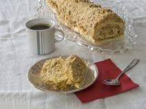 Gesneden karamel koninginnenbrood op plaat met okkernoten en geheel broodje o Stock Afbeelding