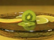 Gesneden Kiwi Lemon Orange in het water royalty-vrije stock afbeeldingen
