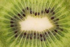 Gesneden kiwifruit en lepel met een stuk van kiwifruit Royalty-vrije Stock Afbeelding