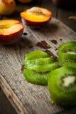 Gesneden kiwifruit op een scherpe raad Stock Afbeelding
