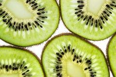 Gesneden kiwifruit ringen op witte achtergrond hoogste meningsmacro royalty-vrije stock afbeelding