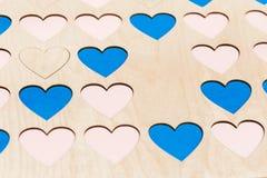 Gesneden kleine houten harten op lijst royalty-vrije stock afbeelding